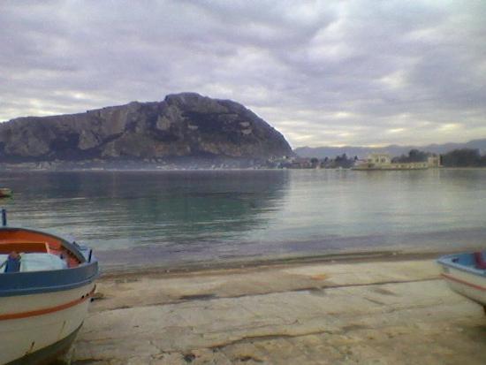 Mondello,il lungomare dei pescatori. (3072 clic)