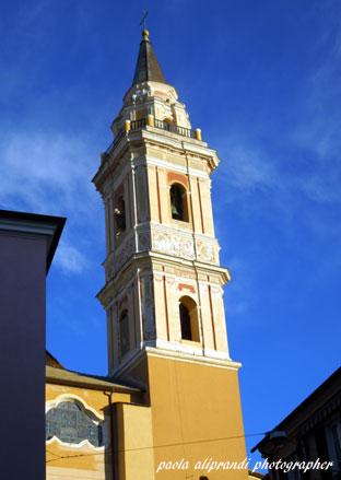 ...uno sguardo al Campanile di  S.Giovanni ...  ONEGLIA (361 clic)