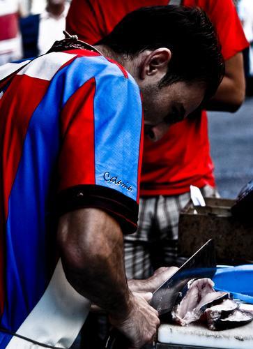 Taglio del pesce spada mercato di Catania (2241 clic)