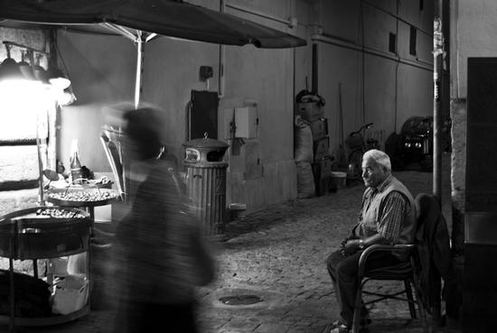 Venditore di caldarroste - Roma fontana di Trevi -  (2537 clic)