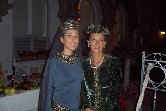 Donne del medioevo a passeggio durante la Festa Medievale di Corpo di Cava dè Tirreni. - Cava de' tirreni (2637 clic)