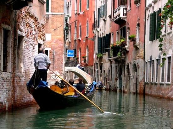 Gondola sul canale  - Venezia (5034 clic)