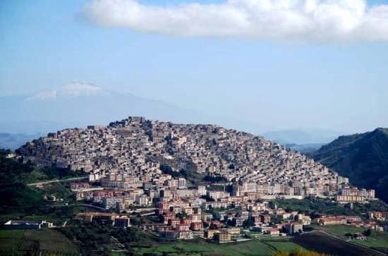 Gangi sullo sfondo  l'Etna (5963 clic)