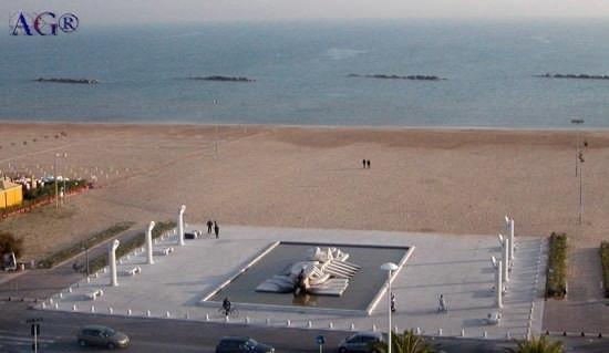 piazza I maggio e mare adriatico - Pescara (9501 clic)