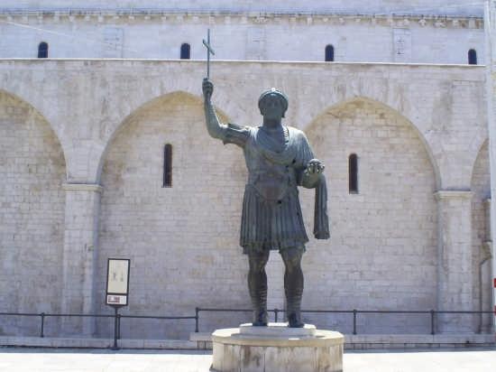 Il Colosso Eraclio e la Basilica del Santo Sepolcro - Barletta (16052 clic)