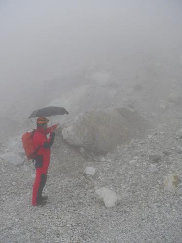 Cercando il sentiero tra la nebbia - Alpi apuane (2139 clic)