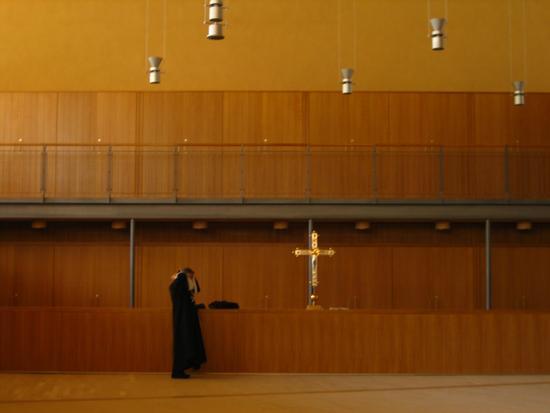 il monaco in sacrestia - San giovanni rotondo (1173 clic)