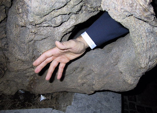 Attenzione a dove metti le mani - Napoli (1556 clic)