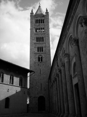 tra cielo e terra (campanile del duomo di Massa marittima) (1134 clic)