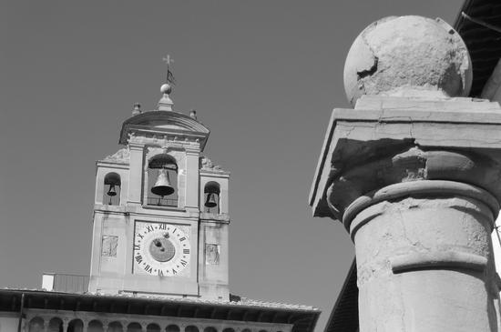 inesorabilmente scorre (Campanile del Palazzo della Fraternita dei Laici ad Arezzo) (1190 clic)
