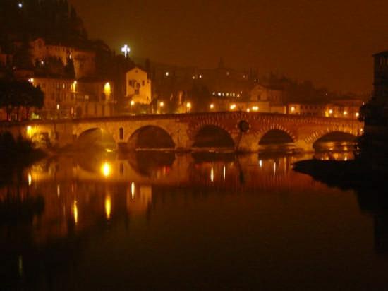 Verona -Ponte Pietra di notte (5585 clic)