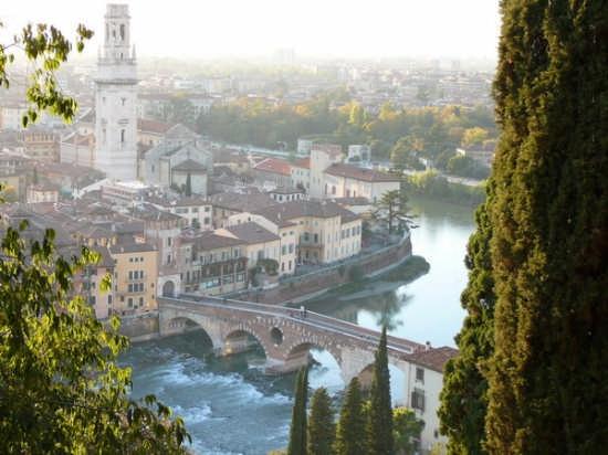 Verona-Ponte Pietra e il Duomo (7172 clic)