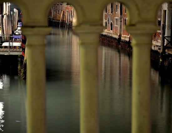 Vista da un ponte di Venezia (1555 clic)