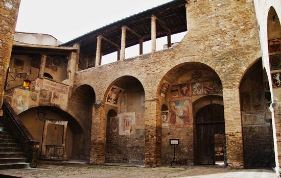 Cortile - San gimignano (1961 clic)