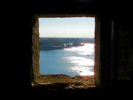 Una finestra sul porto di Brindisi  (1281 clic)
