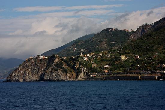 """"""" Corniglia """"l'unico paese ad essere quasi inaccessibile dal mare fotografato da Manarola (3180 clic)"""