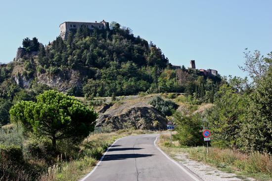 Il castello di Montebello il quale nasconde un segreto custodito da oltre 600 anni - Torriana (2010 clic)