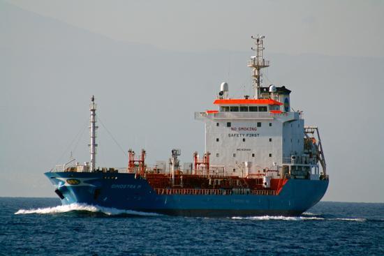 un peschereccio in mezzo al mare - Nicotera (2232 clic)
