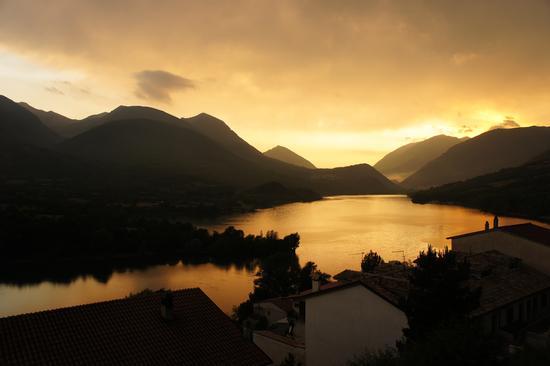 tramonto sul lago di Barrea (2389 clic)