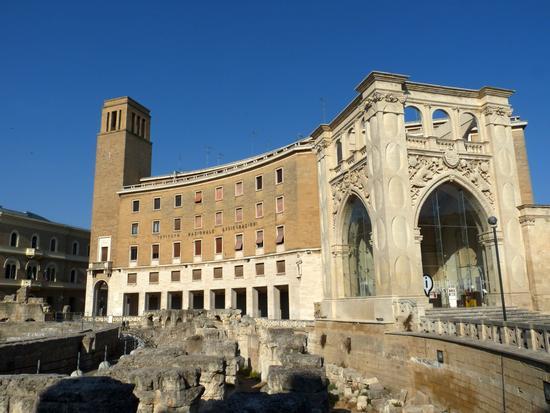 Contrasti architettonici.  - Lecce (2791 clic)