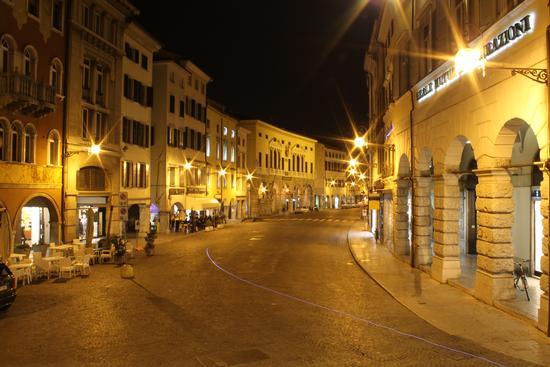 Via Mercato Vecchio di notte, Udine (7260 clic)