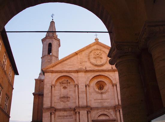 Pienza : la basilica  vista dal portico (1971 clic)