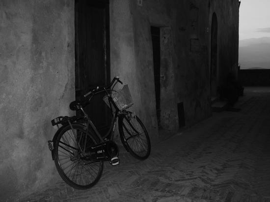 Vicolo , bicicletta abbandonata . - Pienza (2066 clic)