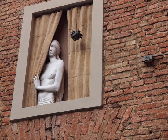 Figura misteriosa nel vicolo - Siena (1970 clic)
