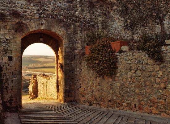 Cinta muraria , scorcio sulla campagna. - Monteriggioni (3446 clic)