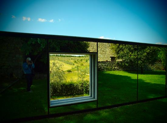 una strana finestra su vigne e olivi del Chianti - Gaiole in chianti (2645 clic)
