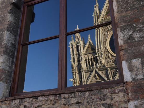 Scorcio del duomo riflesso sulle finestre del Museo S. Maria della Scala - Siena (2210 clic)