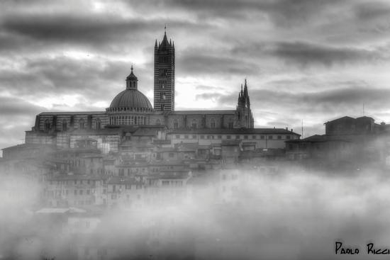 LA CATTEDRALE E IL BORGO ANTICO NELLA NEBBIA - Siena (3144 clic)