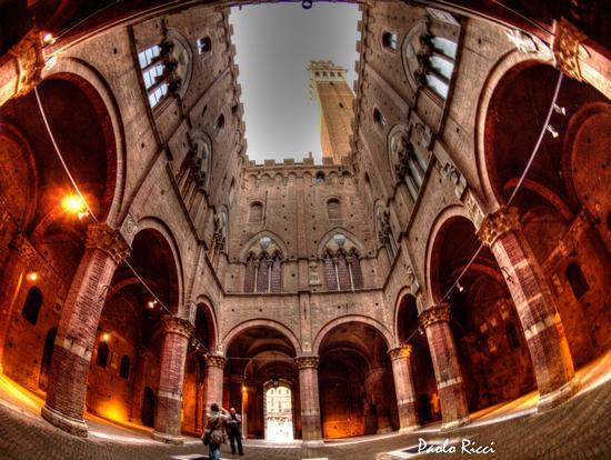 Strani effetti nel cortile del podestà - Siena (6379 clic)