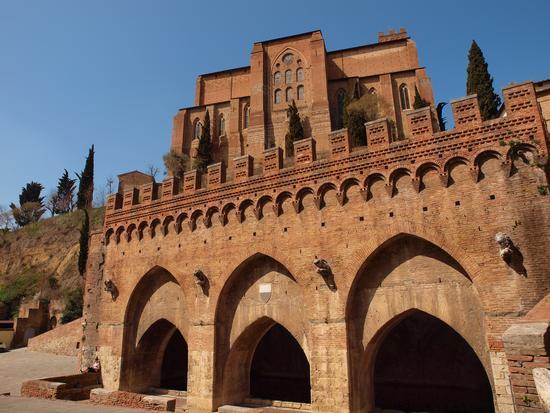 Basilica di San Domenico  vista dalle fonti di . - Siena (2233 clic)