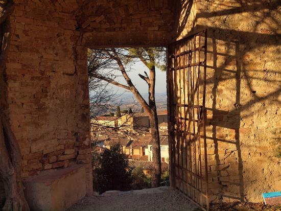 il cancello è aperto verso le colline. - San gimignano (3156 clic)