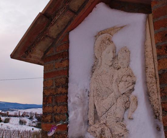 La neve incornicia la Vergine .  - Castellina scalo (2433 clic)