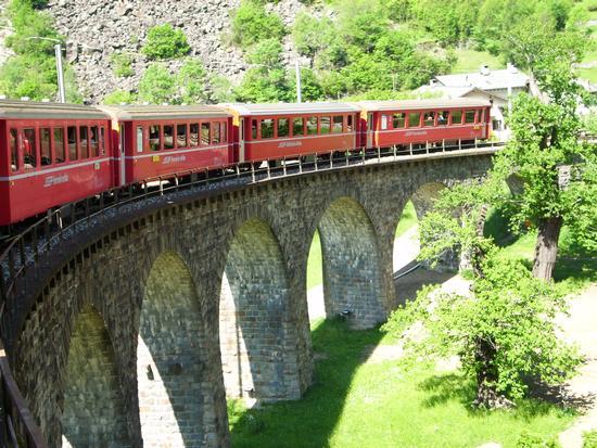 trenino rosso sul viadotto - Tirano (1348 clic)