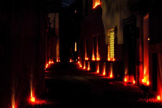 Luci nel borgo antico di Cannobio (1524 clic)