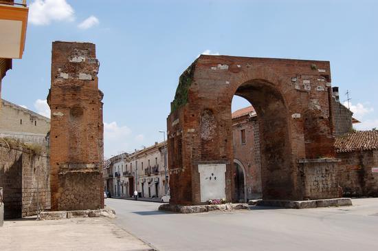 Arco di Adriano - Santa maria capua vetere (2688 clic)