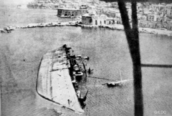 La nave Quarnaro dopo l'affondamento nel Porto Militare di Sant'Antonio - Gaeta (4164 clic)
