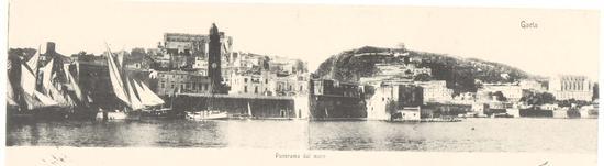 Vista dal mare con il campanile della Cattedrale,il Mausoleo e la Chiesa di San Francesco con gli immancabili bastioni - Gaeta (2282 clic)