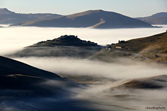 nebbia sull'Altopiano - Castelluccio (3817 clic)