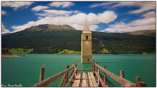 Il pontile verso il...campanile - Curon venosta (3844 clic)