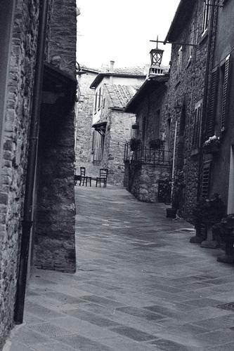 vicolo con sedie - Civitella in val di chiana (1984 clic)