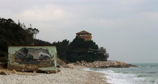 Torre di Portonovo chi la fotografa e chi la disegna (1408 clic)