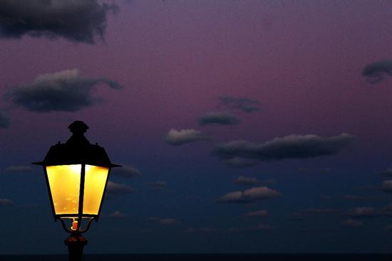 Alla luce fioca del crepuscolo uno ad uno i lampioni si accendono - Sirolo (2159 clic)