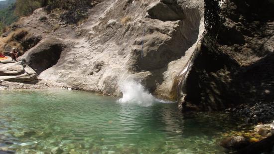 Bagno nel fiumiciattolo. - SERRAVEZZA - inserita il 29-Aug-12
