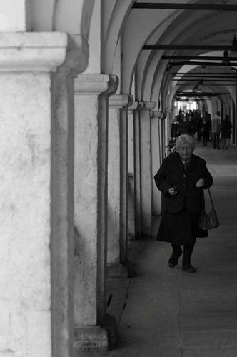 Passeggiata sotto i portici - Brescia (1117 clic)