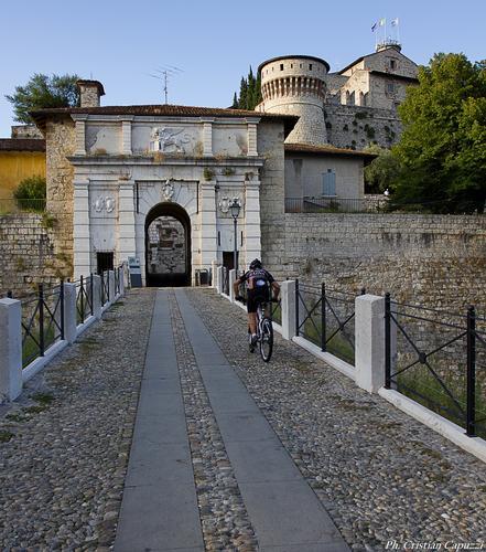 Ciclista in castello - Brescia (898 clic)
