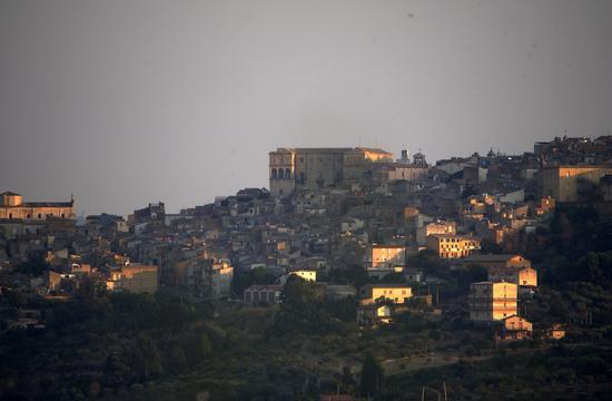 Luci basse sulla città - Aragona (894 clic)